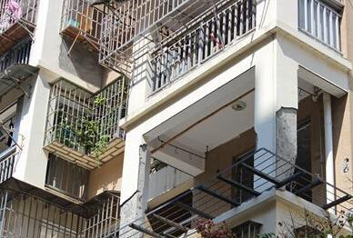 福州玉岛苑小区一业主为拓宽阳台 竟砸承重柱