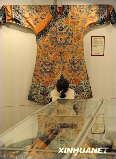 且龙袍上的花纹样式和位置都有固定规制