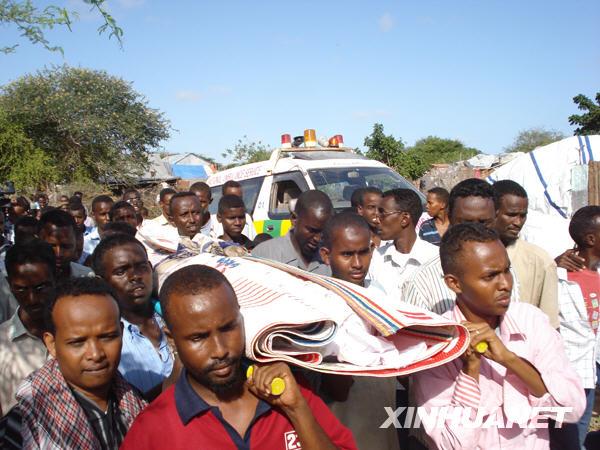 事件 穆罕默德/6月7日,在索马里首都摩加迪沙,人们为遇袭身亡的谢贝利电台...