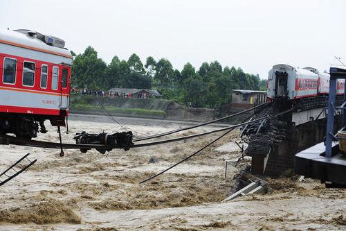 四川广汉垮桥列车坠河 救援者讲述车厢坠河过程