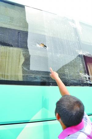 两辆客车4天内被 飞砖 砸3次高清图片
