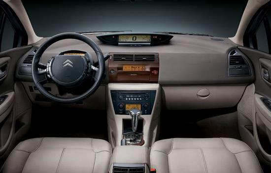 作为东风雪铁龙在2008年度推出的第二款换代车型08款凯旋已于日前登陆中国汽车市场。众多消费者在新车正式上市后陆续到4S店赏车、订车,一时间08款凯旋再次掀起了一番热潮。然而在新车受欢迎的背后,则是源自消费者对此前的老款车型长久以来的信赖,正是老款凯旋车主们对它的赞赏为08款凯旋带来了更多的关注。与此同时,老款凯旋的车主们在日常使用中也发现了一些凯旋所存在的使用及质量问题,车主反映的普遍问题具体如下: 问题1:如何在发动机不熄火的情况下开启后备箱。 问题2:P档时常被锁死。 问题3:在车辆行驶到200