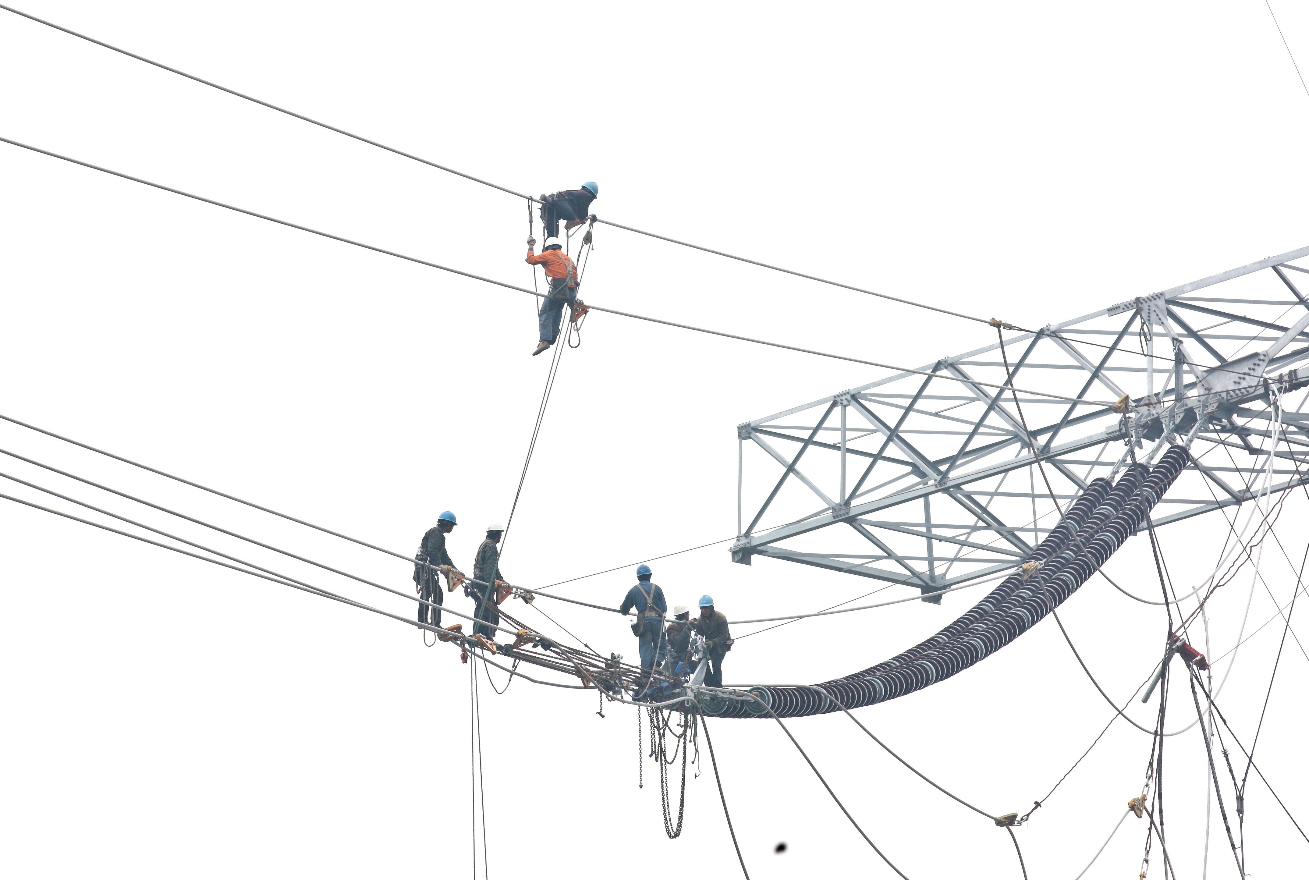 请教下10kv架空线路电力工程中人工费和材料费的比例各占多是呢