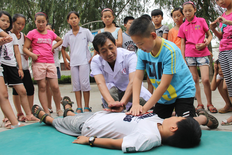 温县:小学生学急救(图)