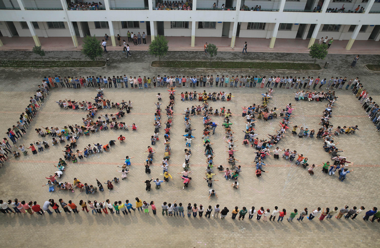 温县小学生拼巨型 老师好 祝福老师