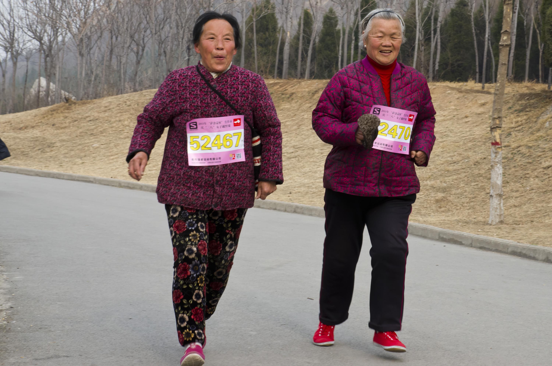 图片新闻:三八节长跑奶奶现身女子越野赛