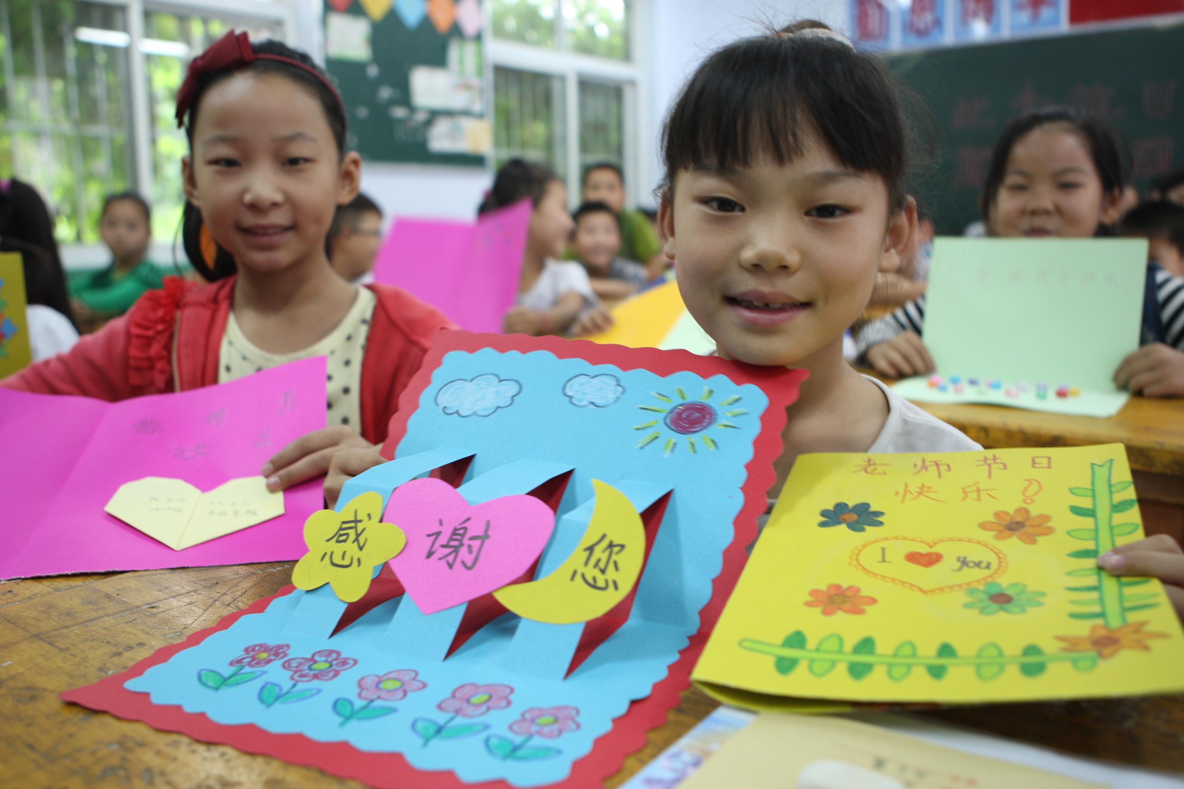 """图片新闻:解放区中小学生制作""""低碳""""贺卡赠送老师"""